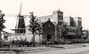 De molen ingebouwd na het dempen van de Dedemsvaart rond 1970 op het oosten - foto collectie G.H. Varwijk