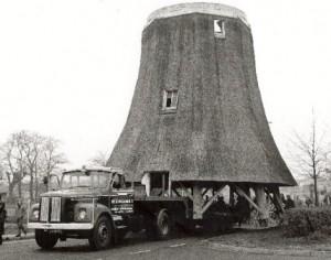 Het vervoeren van de molenromp - foto collectie G.H. Varwijk